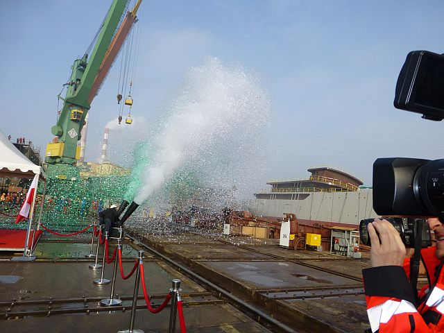 الجزائر تبني السفينة الشراعية  في بولونيا والتسليم في 2016 - صفحة 2 Wodowanie-040