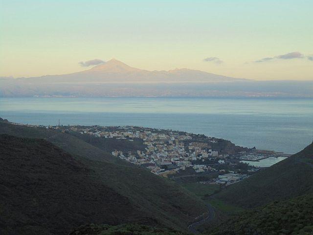 San Sebastian z El Teide w tle