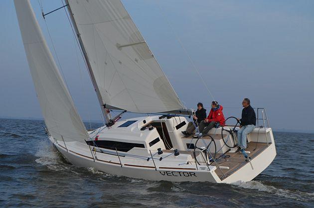M_Swistelnicki za sterem_fot_Yacht Service