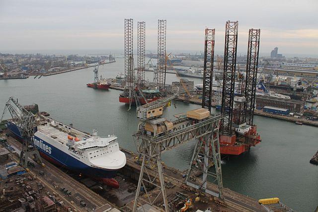 Petrobaltic_dwie platformy w stoczni Nauta