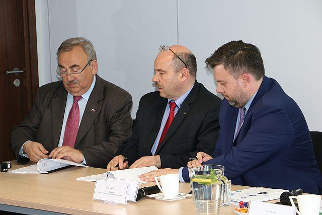 Prezes_Zadzadu_Morskich_Portow_Szczecin_i_Swinoujsciewrodku_podpisuje_umowe_CEF